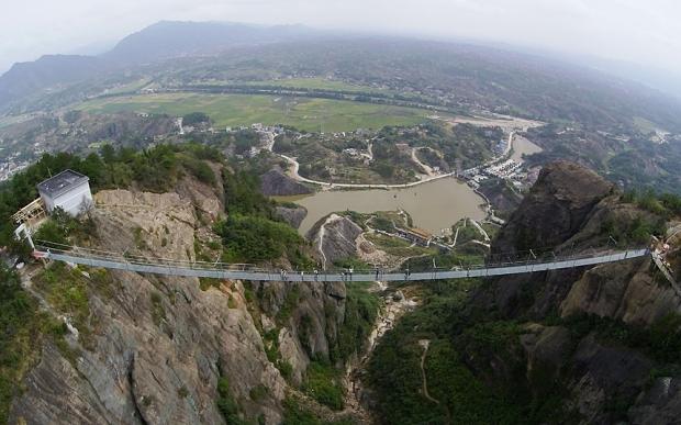 Indrazniti sa traverati noul pod al Chinei fabricat din sticla? 1