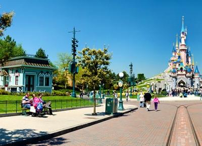 Aproximativ 15 milioane de persoane au vizitat Disneyland Paris in 2015