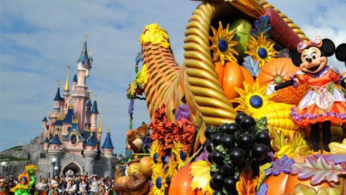 Aproximativ 15 milioane de persoane au vizitat Disneyland Paris in 2015 2